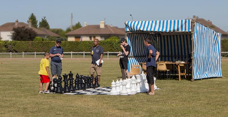 Le public découvre le jeu d'échecs